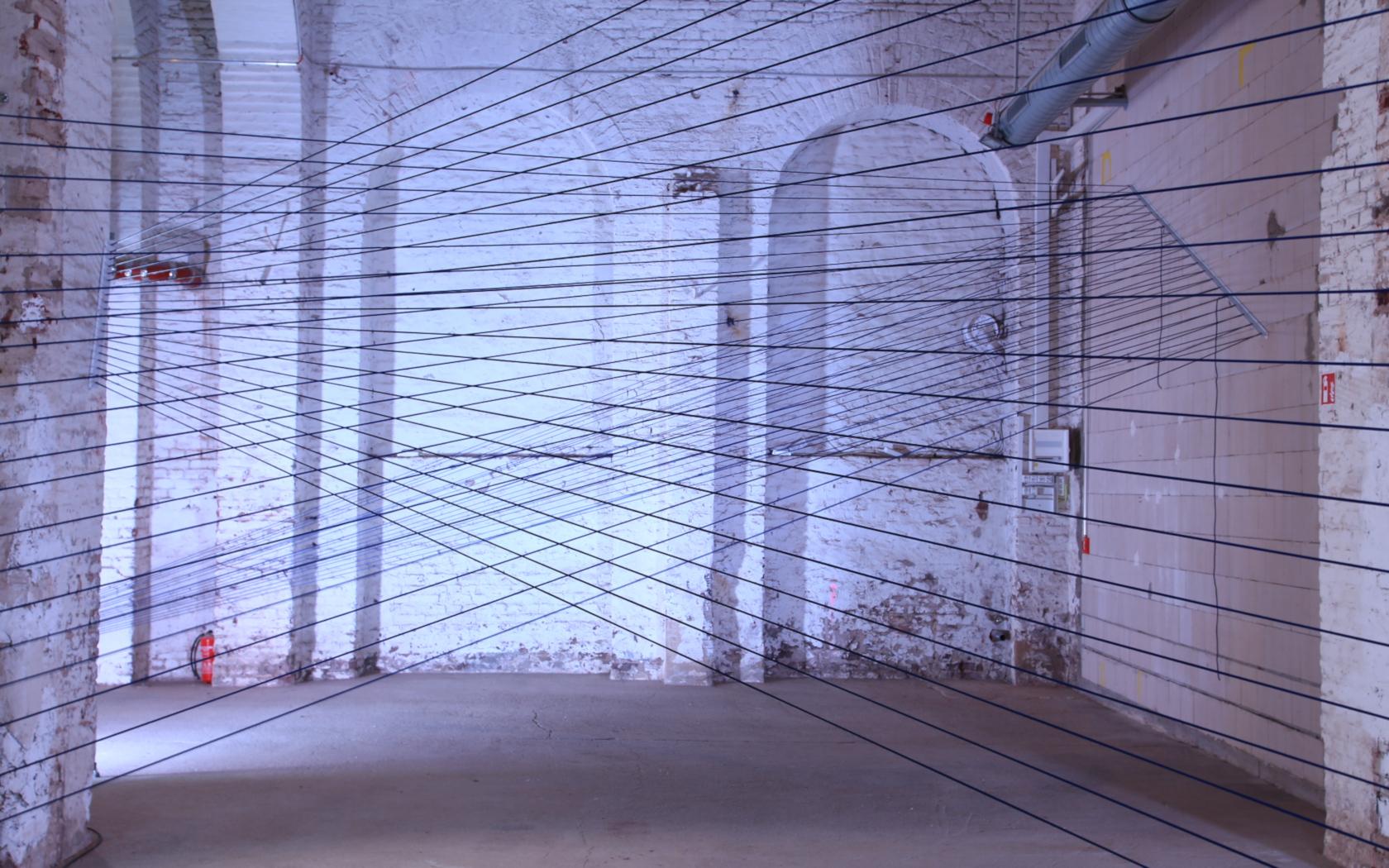 dünne Linien, einfach Linien, Raumskultpur, Geflecht, Schnurrskulptur, minimalismus, Skulptur im Raum, Installation aus Fäden
