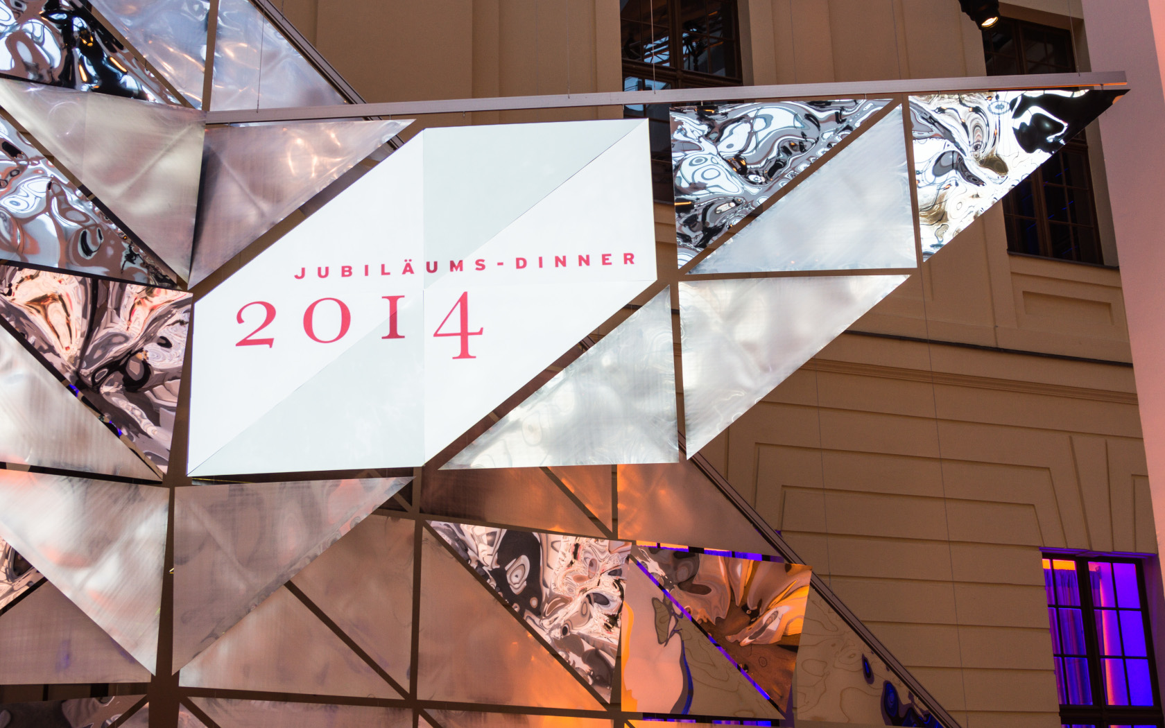 Szenographie- Bühnenbild, Jüdisches Museum Berlin, Preis für Verständigung und Toleranz, Dreiecke, Spiegeln, polystorol spiegel, 2014, keinStil.GmbH, Boris Banozic