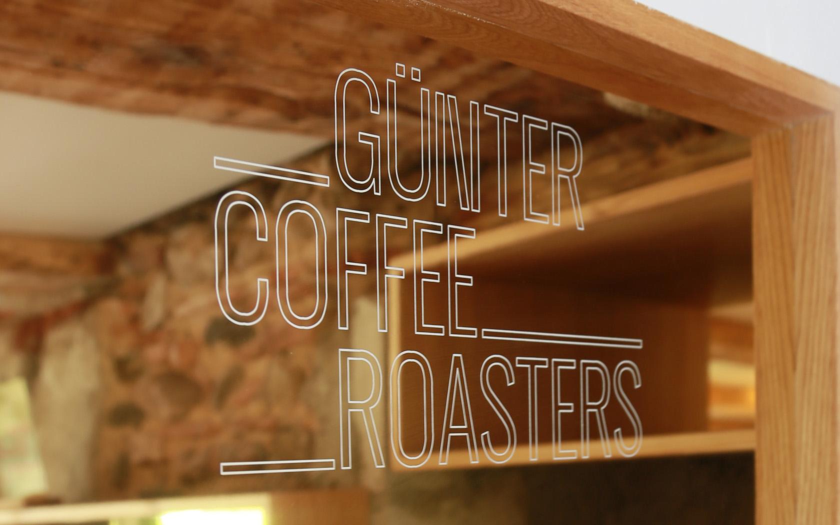 just coffee, günter coffee roaster, kaffee Rösterei Deutschland, Freiburg, Innengestaltung Kaffee Bar, Interiosdesign coffee shop, roaster, hipster coffee, aludibond gold, keinStil.GmbH